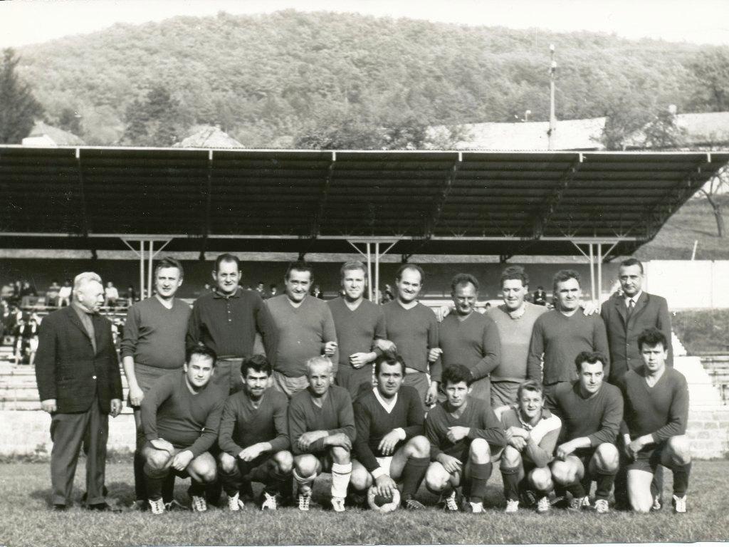 Mužstvo dospelých TJ Techsklo Nová Baňa v roku 1969
