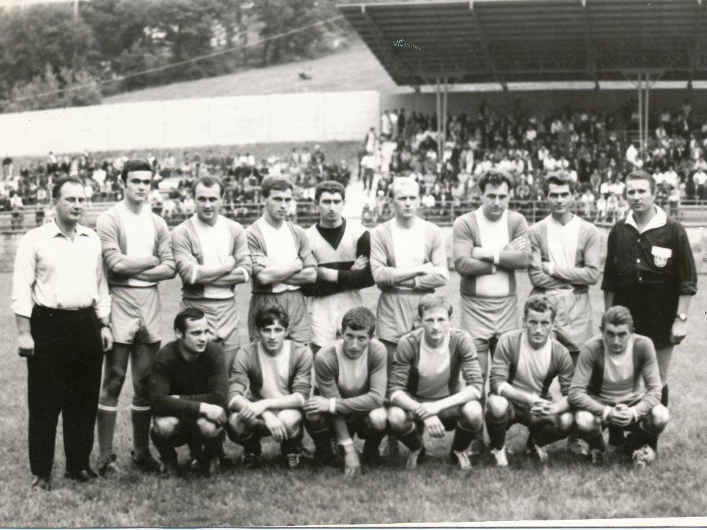 Mužstvo TJ Techsklo na otvorení športového štadióna po jeho rekonštrukcii v roku 1968